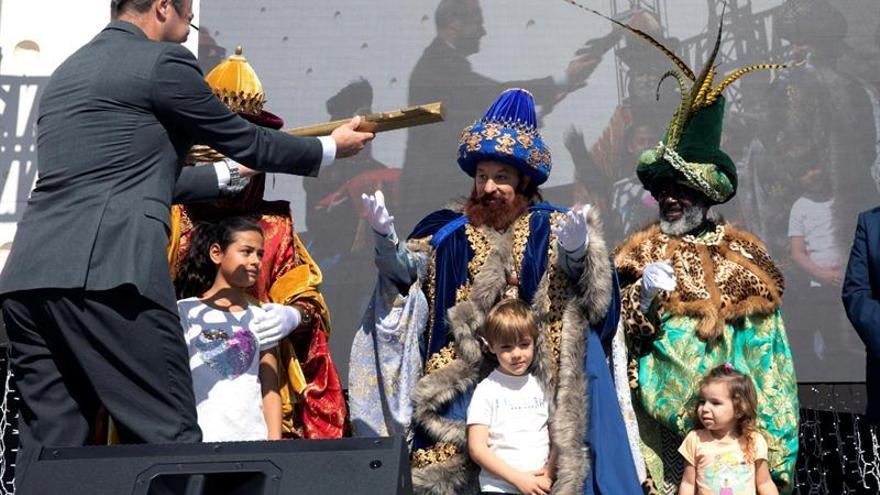 Los Reyes Magos llegan por mar a Las Palmas de Gran Canaria, donde reciben las llaves de la ciudad de manos de su alcalde, Augusto Hidalgo.
