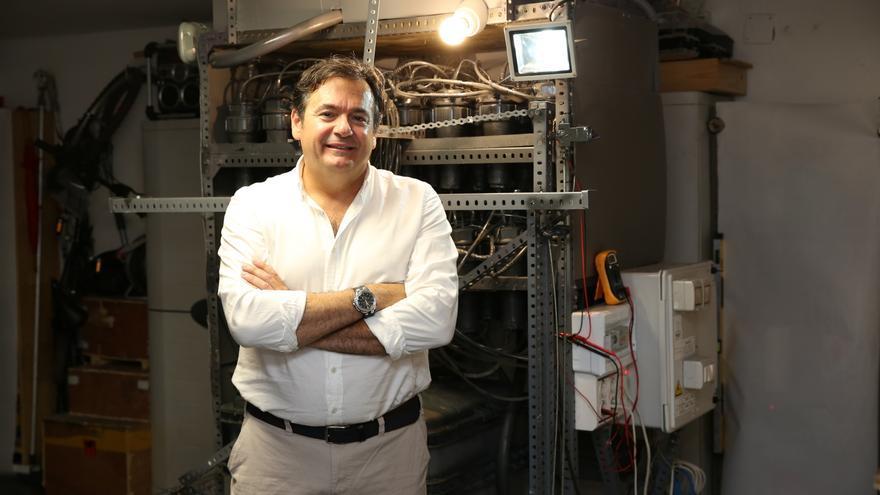 Alberto Santana posa junto a su prototipo de central iónica