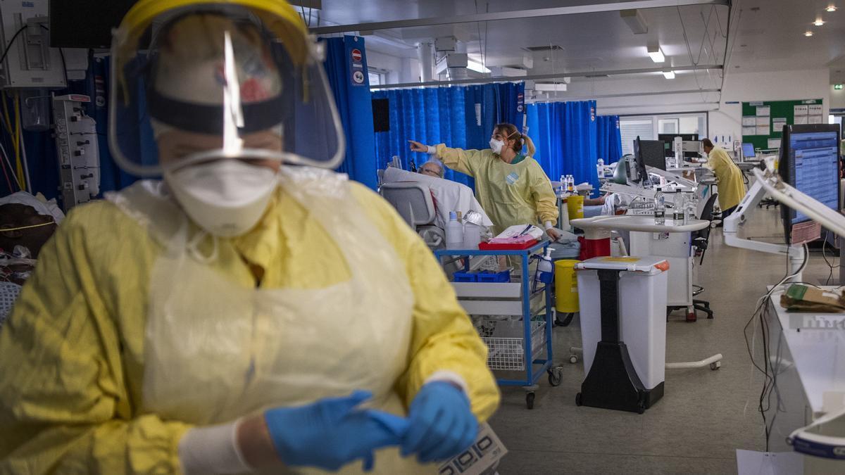 Las enfermeras trabajan con pacientes en la Unidad de Cuidados Intensivos (UCI) del Hospital St George's en Tooting, Londres.