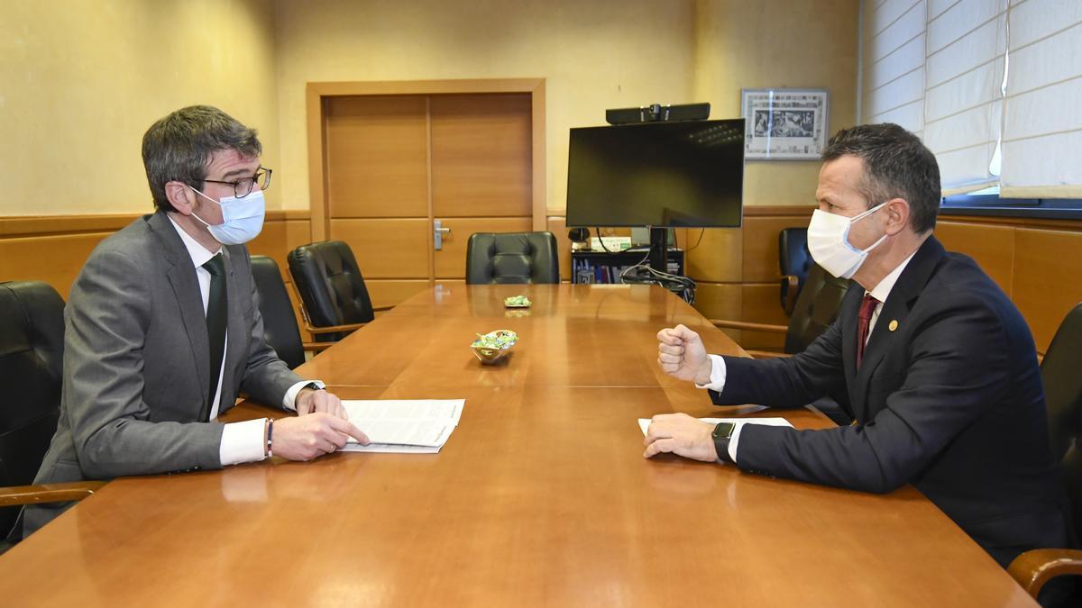 El consejero de Educación, Jokin Bildarratz, con el alcalde de Vitoria en una reunión