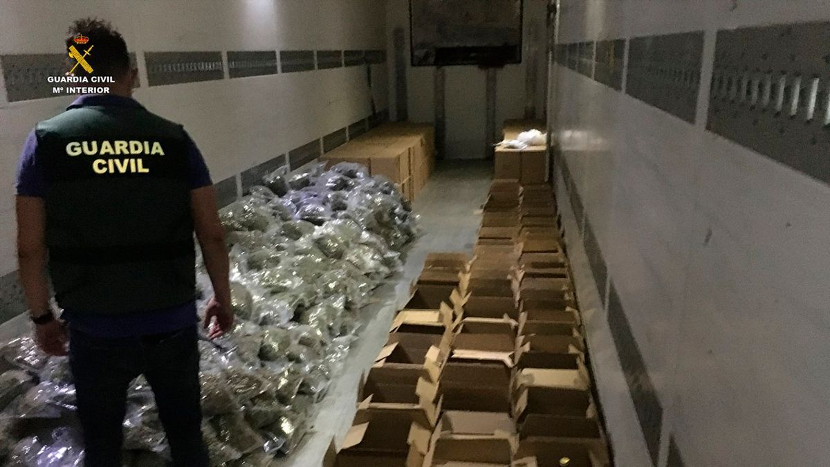 La Guardia Civil interviene la droga oculta en un camión.