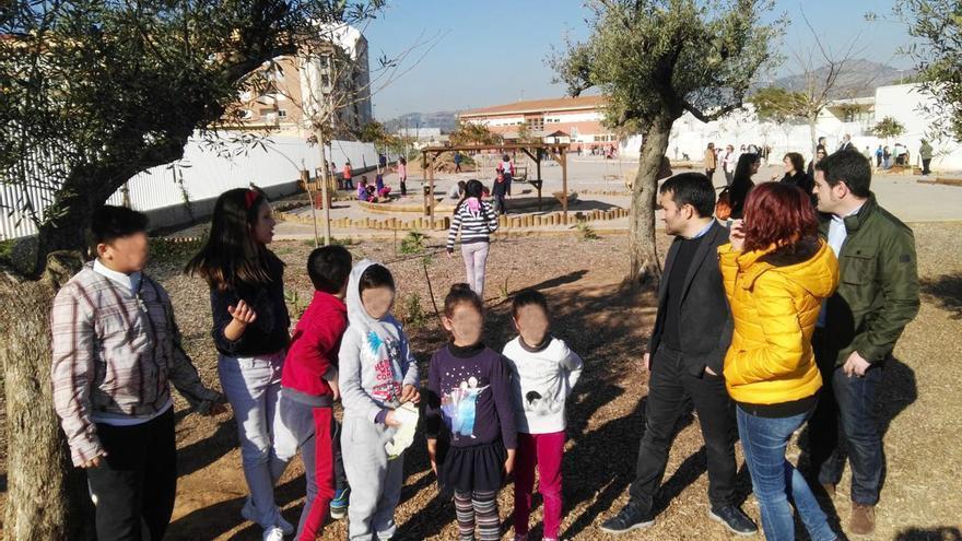 El conseller Vicent Marzà durante la visita a un patio coeducativo en un colegio de Castellón