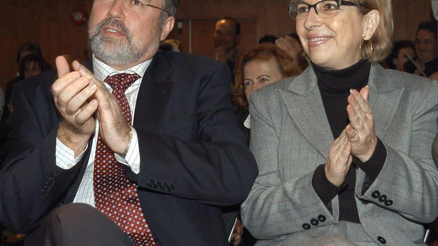 NUEVO SOCIALISMO:MADRID, 24.10.03.- El secretario general de Nuevo Socialismo, Eduardo Tamayo (I), y la número tres en la lista de este paratido, María Teresa Sáez, aplauden una de las intervenciones durante el mítin de cierre de campaña celebrado esta noche en Madrid.