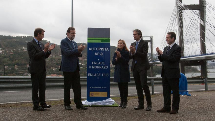 Rajoy y Ana Pastor descubren el monolito de la ampliación de la AP-9 en Vigo ante Feijóo, De la Serna y el alcalde de la ciudad