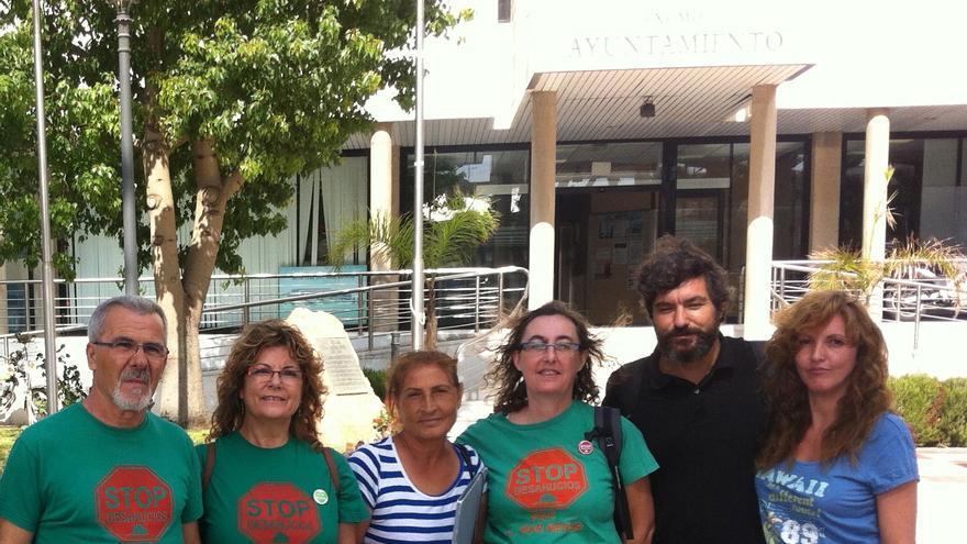 Miembros de Agua Pública 100% Región de Murcia frente al ayuntamiento de San Pedro del Pinatar