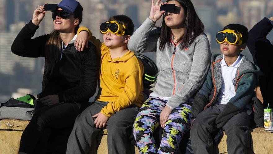 Santiago se paraliza para mirar al cielo y presenciar el eclipse solar