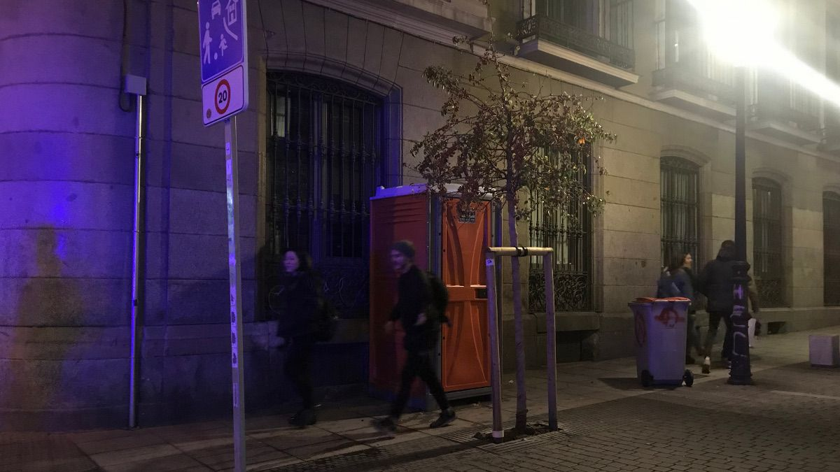 Peatones sorteando el WC de la calle Farmacia | SOMOS CHUECA