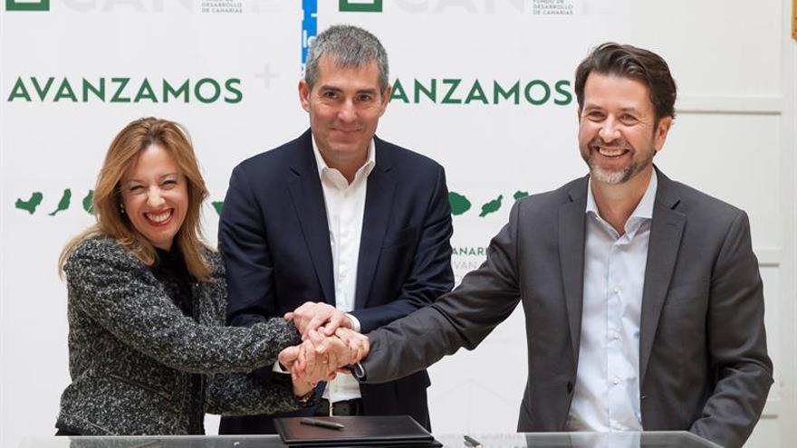 El presidente del Gobierno de Canarias, Fernando Clavijo (c); la consejera de Hacienda del Ejecutivo canario, Rosa Dávila (i), y el presidente de Cabildo de Tenerife, Carlos Alonso (d).
