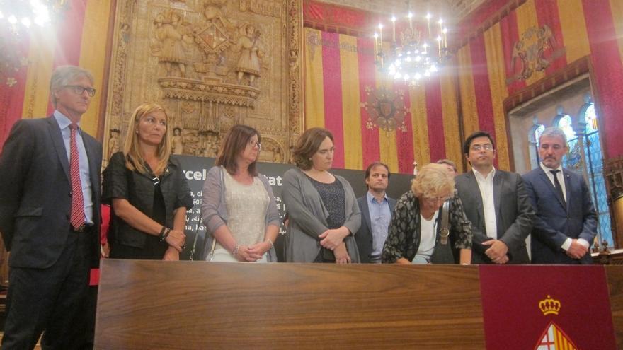 """Carmena tras firmar el libro de condolencias en Barcelona: """"Pedid lo que queráis"""""""