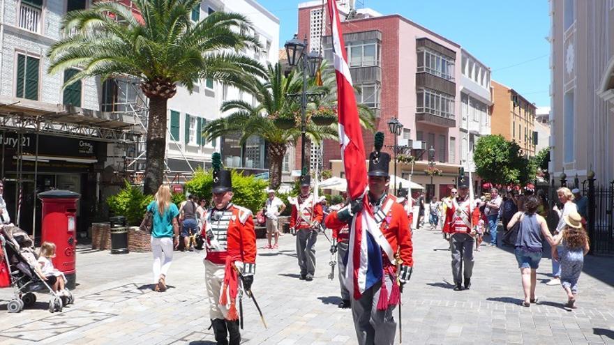 Representación de la guardia británica en Main Street.