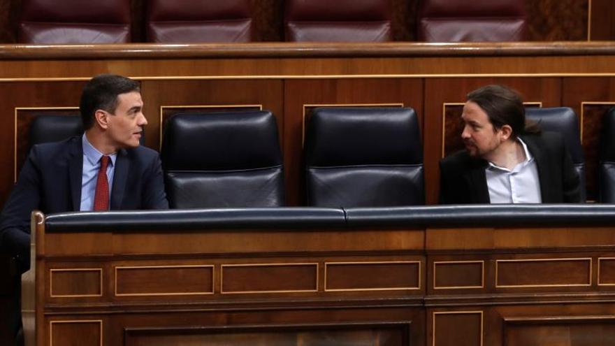 El presidente del Gobierno, Pedro Sánchez (i), en el Congreso de los Diputados con el vicepresidente Pablo Iglesias (d).
