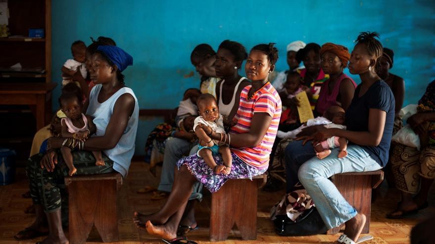 Madres esperan en la clínica de Bo, Sierra Leona. La falta de personal cualificado, el Ministerio de Salud sólo cuenta con 3 obstretas/ginecólogos en todo el país, dificulta una atención adecuada. Fotografía: Lynsey Addario/ VII