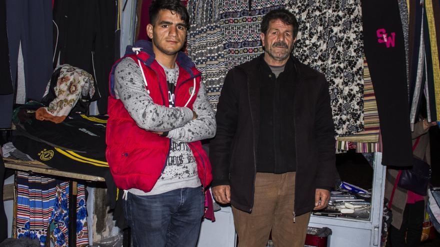 Selam Kusçu y su hijo Baris en la tienda que montaron después de perder su casa.