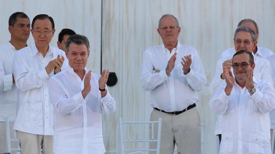 """Santos y """"Timochenko"""" firman la paz de Colombia y terminan 52 años de guerra"""