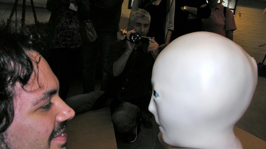 Telenoid, el humanoide minimalista desarrollado por Hiroshi Ishiguro (Foto: Paolo Tonon | Flick)