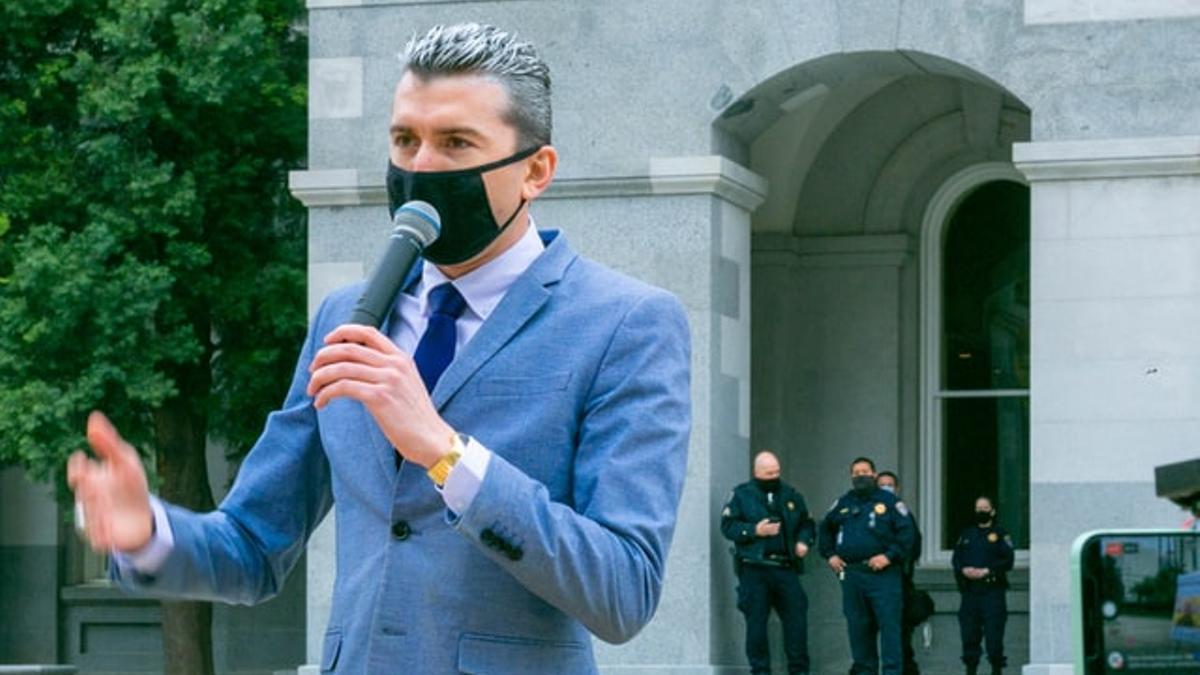 Un político dando un discurso