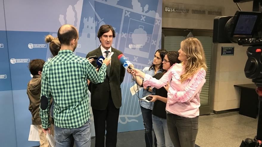 Andrés Zearreta, con los medios de comunicación tras las reunión de la mesa general