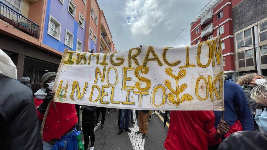 Cientos de migrantes claman en La Laguna por la libertad para seguir su viaje