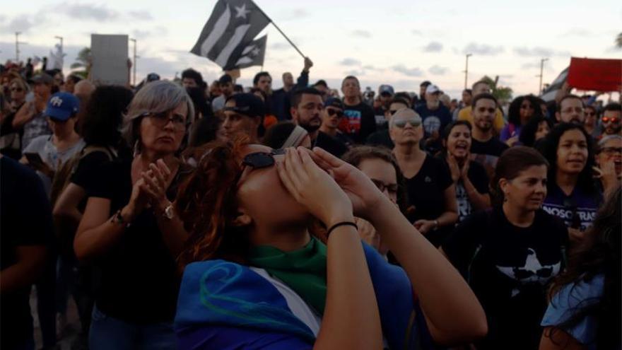 Cientos de manifestantes fueron registrados este lunes al protestar frente al Capitolio de Puerto Rico, para exigir la dimisión de la gobernadora de la isla, Wanda Vázquez, por su gestión ante la crisis que han dejado los terremotos y por la mala distribución de los suministros para los damnificados.