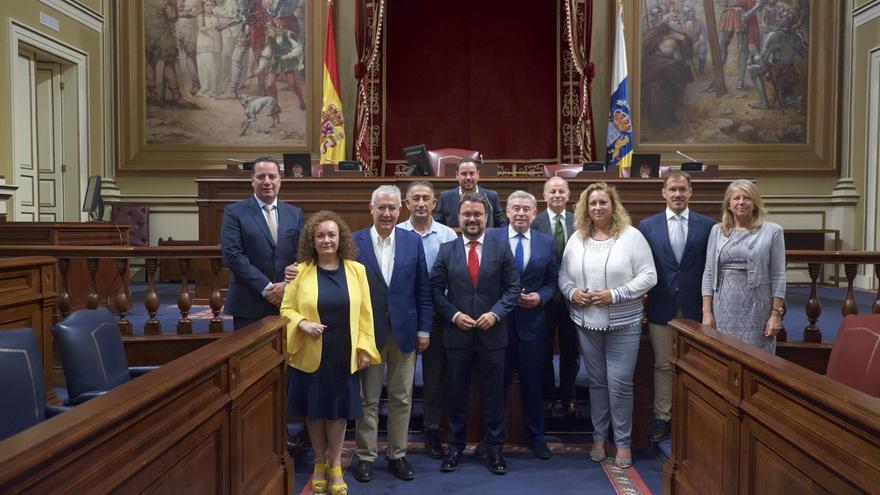 Grupo territorial del PP canario en el Senado con el presidente del Partido Popular de Canarias, Asier Antona; el portavoz del grupo Popular en la Cámara Alta, José Manuel Barreiro, y el portavoz adjunto y vicesecretario nacional de política local, Javier Arenas.