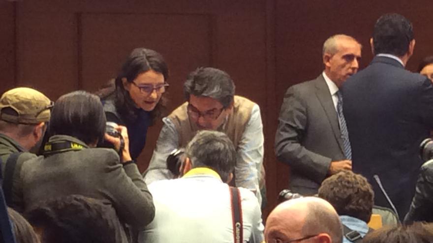 La vicepresidenta Mònica Oltra, rodeada de fotógrafos, antes de empezar la comisión de les Corts.