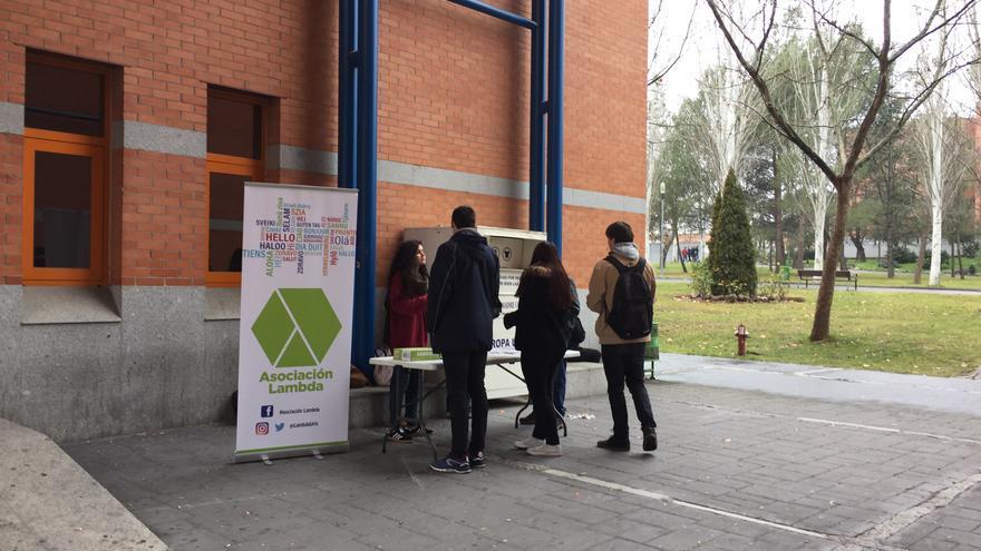 Asociaciones de estudiantes de la Universidad Rey Juan Carlos reparten folletos informativos sobre las elecciones.