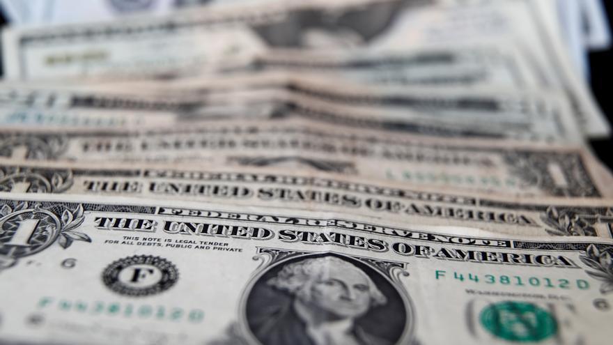 El apetito por dólares crece en Argentina ante dudas económicas y electorales