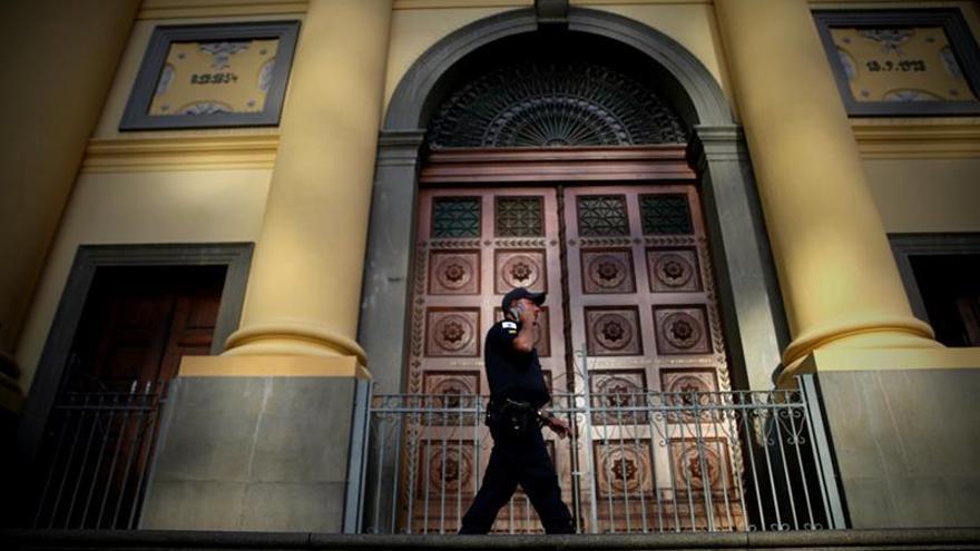 Agentes de policía hacen guardia en el exterior de la Catedral Metropolitana de Campinas tras el tiroteo de este martes
