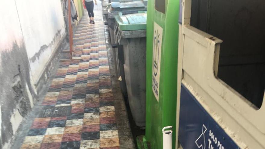 Imagen cedida por el PSOE de suciedad en una calle.