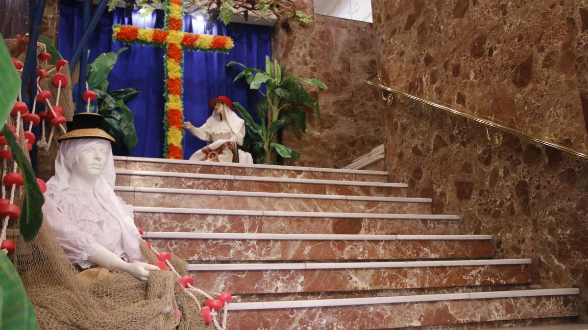 Imagen de la muestra en las escalinatas de entrada en la sede del Recreo en Santa Cruz.