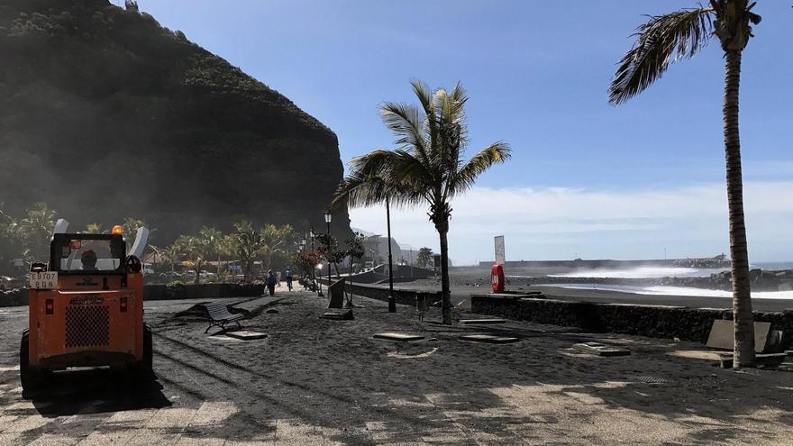 Operarios del Ayuntamiento retirando la arena y piedras del paseo marítimo de la Avenida de El Emigrante. Foto: Loli Gaspar (Cedida por el Ayuntamiento de Tazacorte).