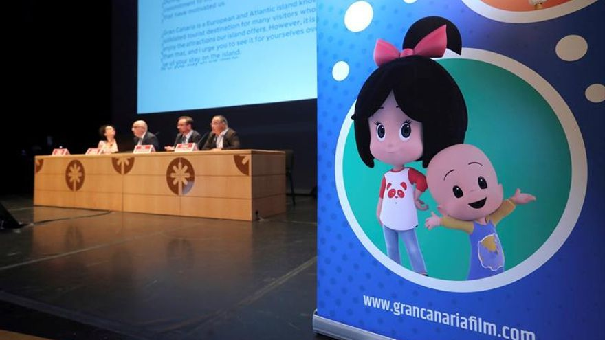 El presidente del Cabildo de Gran Canaria, Antonio Morales (2i), y la directora de 'Cartoon Masters', Yolanda Alonso (i), en la inauguración del evento