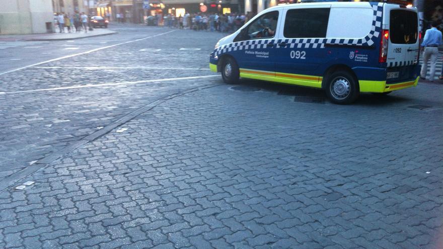 Un vehículo de la Policía Local patrulla en entorno de la plaza de toros.