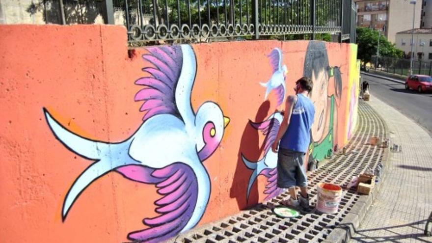 Intervención del Colectivo Navegantes en una calle de Cáceres