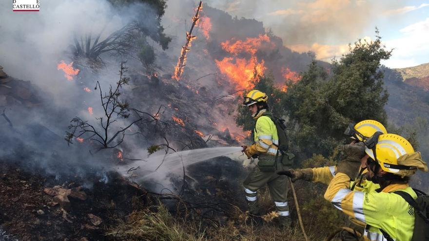 Efectivos del Consorcio Provincial de Bomberos de Castellón trabajan en la extinción del fuego en Montán
