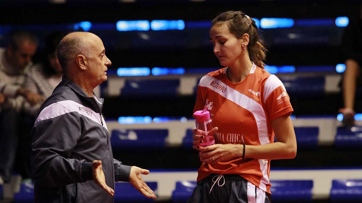 Luis Calvo, en una charla técnica con una jugadora