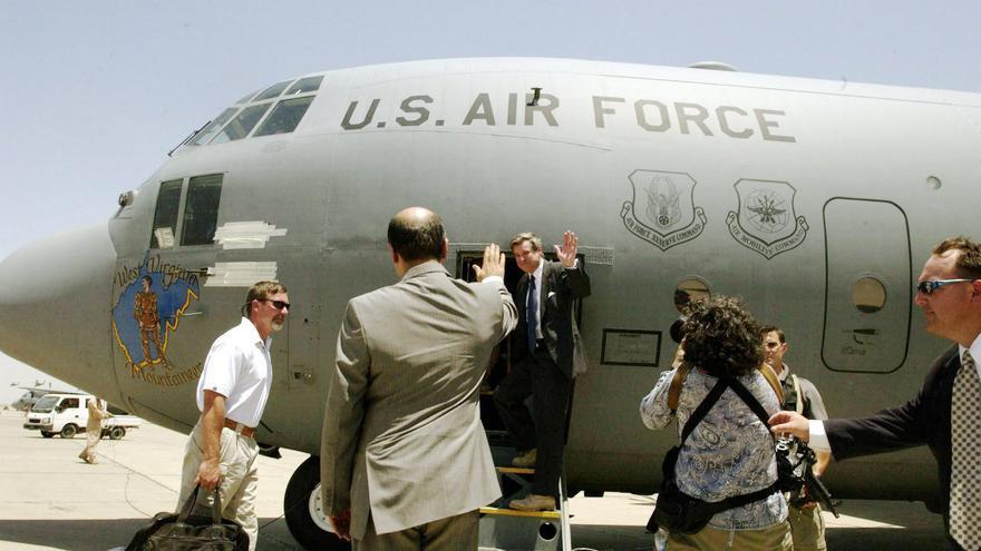 Paul Bremer se sube al avión para simular una salida triunfal ante los periodistas. Cuando estos se retiraron, Bremer fue trasladado en secreto en helicóptero a otro avión más pequeño para evitar posibles atentados.