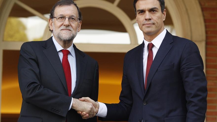 Rajoy y Sánchez se saludan con frialdad en su primer encuentro en Moncloa tras las elecciones