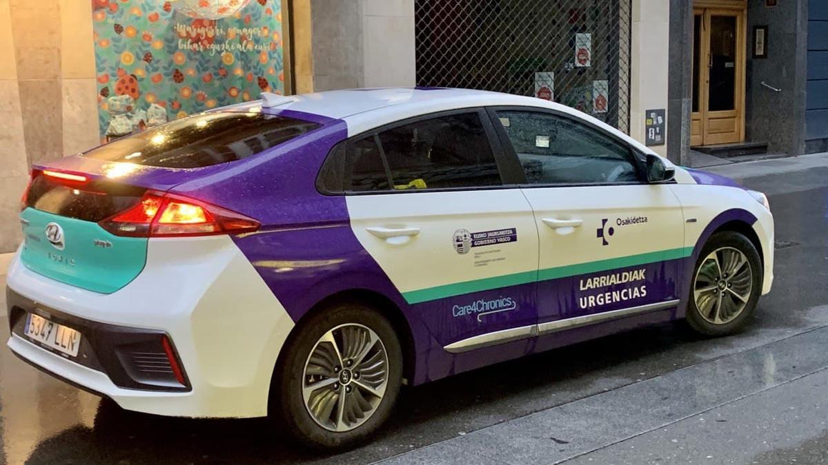 Un vehículo de Osakidetza, en el centro de Vitoria