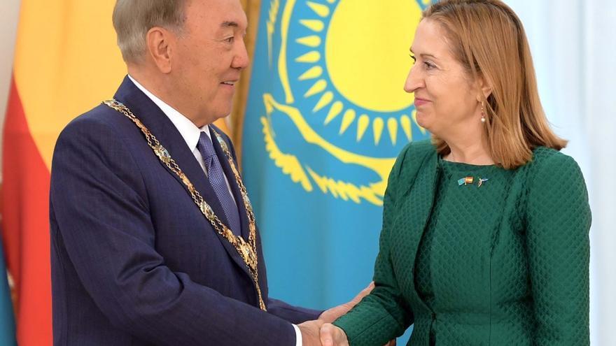 Ana Pastor impone el collar de la Orden de Isabel la Católica al presidente de Kazajstán