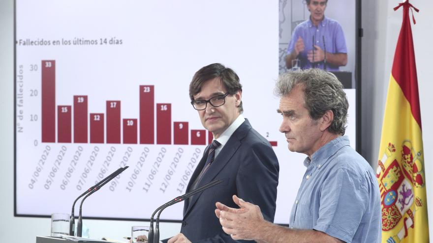 El ministro de Sanidad, Salvador Illa, y el director del CCAES, Fernando Simón, en una foto de archivo.