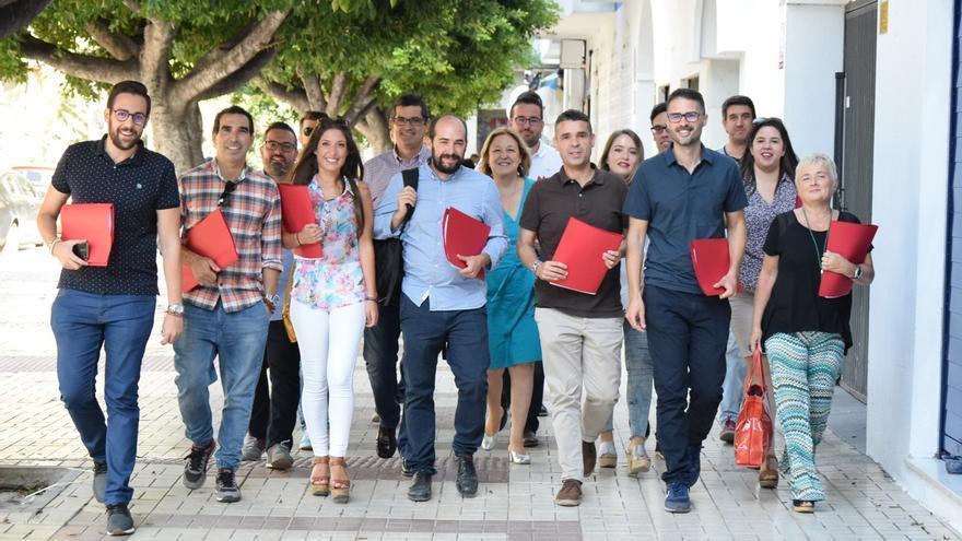Los dos aspirantes a liderar el PSOE de Málaga obtienen y presentan sus avales en la sede socialista