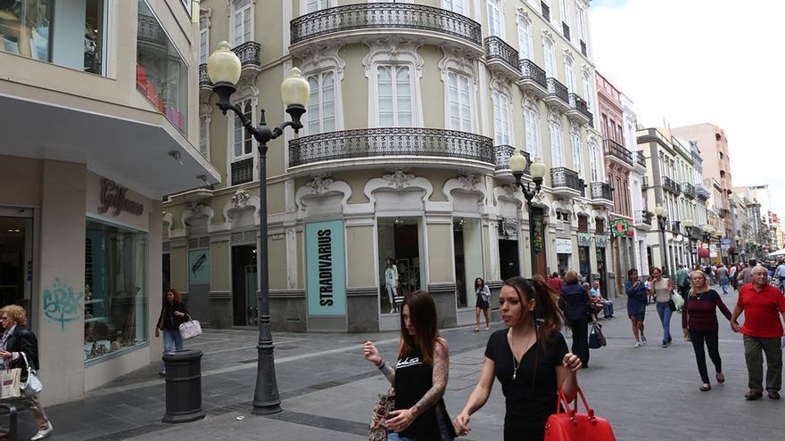 En calles como Triana, pasean personas de todo tipo y condición. (Alejandro Ramos)