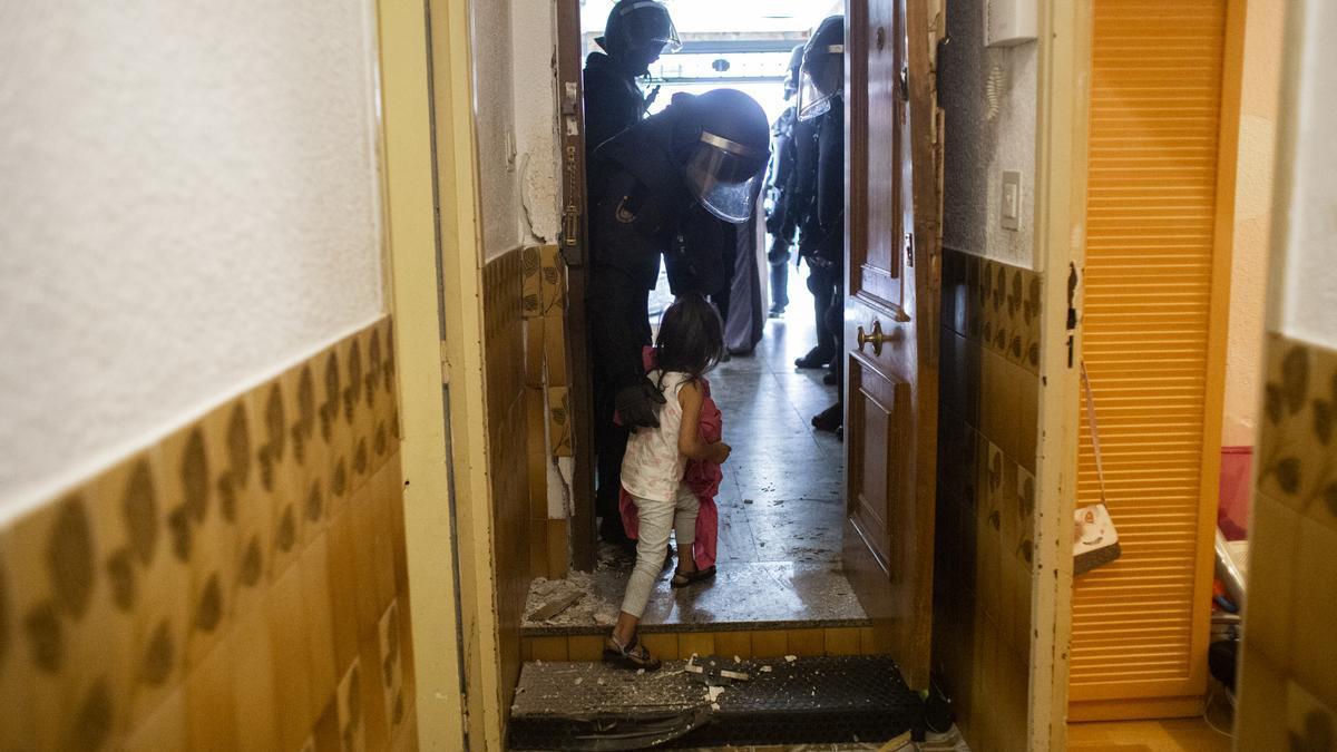 Un policía desahucia a una niña en Vallecas / Alejandro Martínez Vélez / Europa Press
