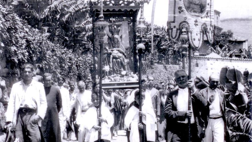 1878. La Virgen de las Angustias en rogativa de lluvias /y 2