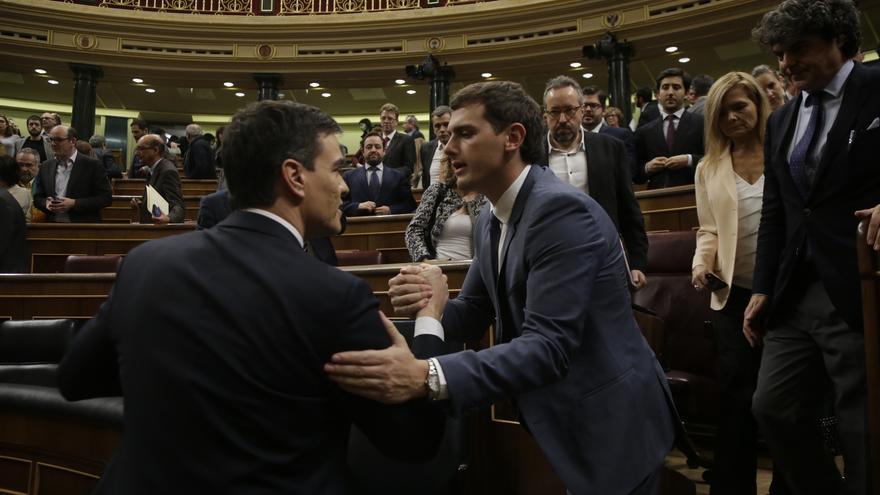 El secretario general del PSOE, Pedro Sánchez, y el presidente de Ciudadanos, Albert Rivera, se saludan al término de la sesión de investidura del 4 de marzo de 2016.