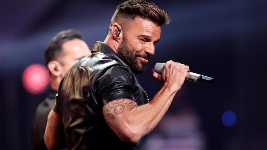 """Ricky Martin lanzará a la medianoche una remezcla de """"Tiburones"""" junto a Farruko"""