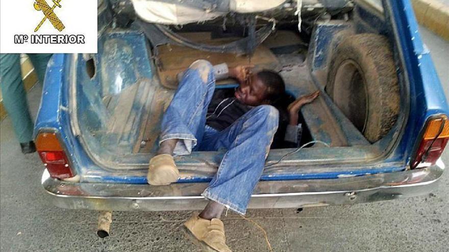 Rescatan a un inmigrante oculto en el maletero de un coche en Melilla