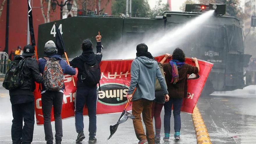 La Policía chilena dispersa a estudiantes que protestaban contra la reforma educativa