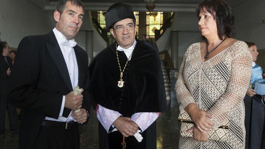 Fernando Clavijo, presidente del Gobierno canario, y Antonio Martinón, rector de la ULL